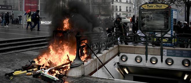 En raison de ces violences, la prefecture de police de Paris a demande samedi << l'annulation >> d'une manifestation de Gilets jaunes prevue au depart de la place d'Italie