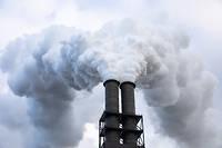 Cheminée d'une centrale à charbon près de Hambourg. Les émissions de CO2 en Allemagne proviennent à plus de 70 % du charbon (source: ElectricityMap).