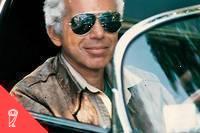 <p>Ralph Lauren au volant d'une de ses nombreuses voitures anciennes.</p>