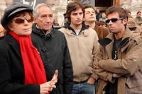 Nadine Trintignant, Alain Corneau, Roman Kolinka et Vincent Trintignant devant l'hôtel de ville de Paris en 2007 pour protester contre les violences faites aux femmes.