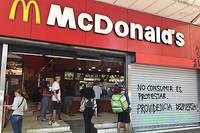 « Ne pas consommer, c'est manifester / Providencia, réveille-toi ! » est-il écrit sur ce McDonalds.