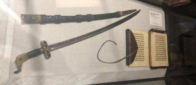 Le sabre d'El Hadji Omar Tall avait ete saisi aupres d'Ahmadou, le fils d'El Hadji Omar, en 1893 par le colonelm Archinard.