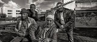 De gauche à droite : Juan Massenya, ancien Chantelouvais, Lahoucine, médiateur, Mouna et Sofiane, anciens « messagers », à la cité de La Noé.