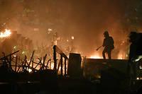 Plusieurs explosions tres fortes ont retenti lundi a l'aube avant qu'un mur de flammes n'apparaisse a l'entree de l'universite.
