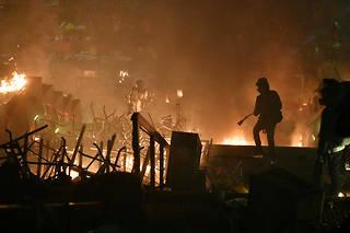 Plusieurs explosions très fortes ont retenti lundi à l'aube avant qu'un mur de flammes n'apparaisse à l'entrée de l'université.