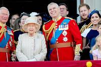 Elizabeth II entouree de deux de ses fils, le prince Charles et le prince Andrew.