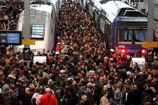 Marques au sol, lumière, mais aussi musique rythmée, il existe de nombreuses astuces pour faciliter le transit des voyageurs dans les gares. Photo d'illustration de la gare de Lyon, à Paris.