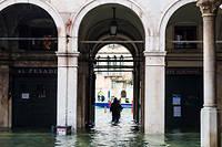 Venise a été submergée par l'impressionnante marée, la plus haute depuis 1966.