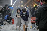 Manifestants fuyant les tirs de gaz lacrymogènes par les forces de l'ordre alors qu'ils tentent de quitter le campus de l'université polytechnique de Hongkong.