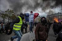 Emmanuel Macron a, en revanche, loué la «fraternité sur les ronds-points» au début du mouvement,