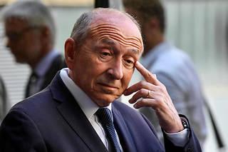 À cinq mois des municipales, Gérard Collomb peine à tenir sa majorité.