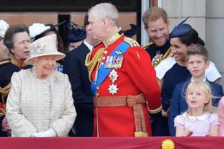 La reine Elizabeth II entourée de sa famille au balcon de Buckingham palace.