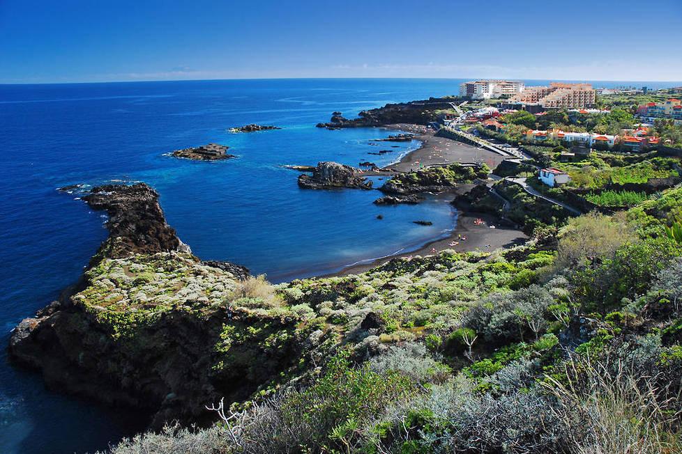 <p>Réputée pour ses volcans, ses plages de sable noir et ses superbes sentiers de randonnée, La Palma offre aussi d'agréables balades citadines comme ici au loin dans le village de Puerto Nao.</p>
