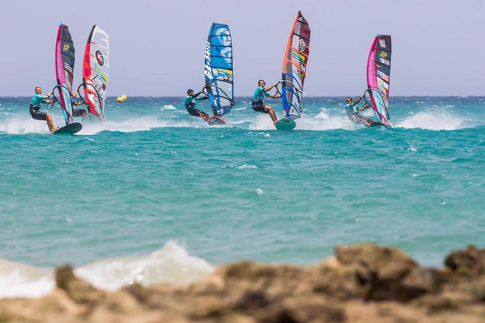 <p>Surf, planche à voile… les amoureux de sports nautiques ne manqueront pas de trouver leur bonheur aux Canaries.</p>