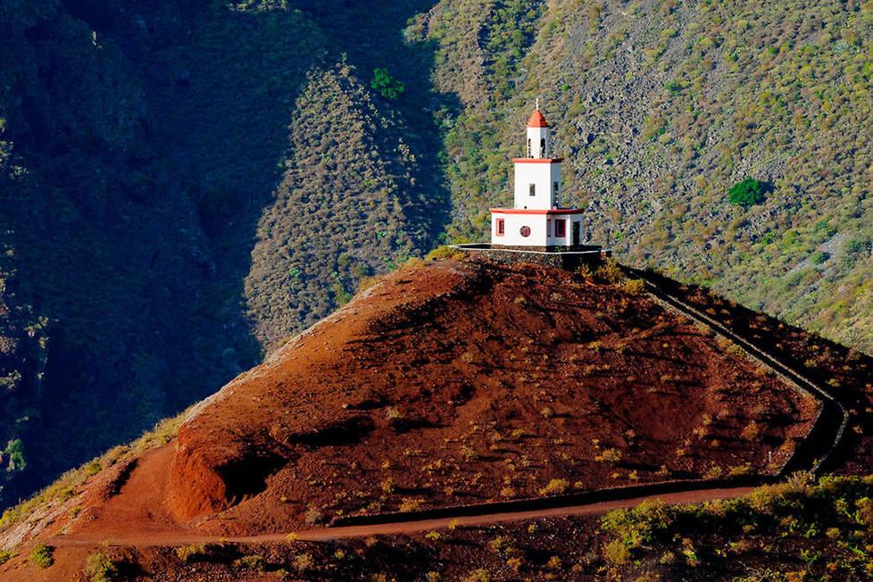 <p>Déclarée réserve de la biosphère, El Hierro, la plus petite île des Canaries, propose de nombreux chemins de randonnée comme ici le chemin de Jinama protégé par la Chapelle de la Caridad.</p>
