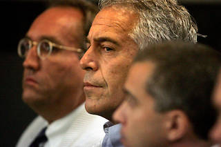 Jeffrey Epstein faisait l'objet de poursuites pour avoir exploité sexuellement des jeunes filles mineures.