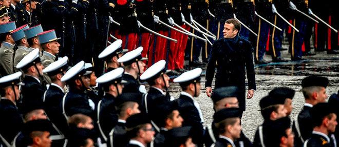 Le chef de l'État passe les troupes en revue le 11 novembre à l'Arc de Triomphe, à Paris. Lors de conflits de personnes, Emmanuel Macron, selon ses proches, file souvent la métaphore de l'escargot…   ©PHILIPPE LOPEZ