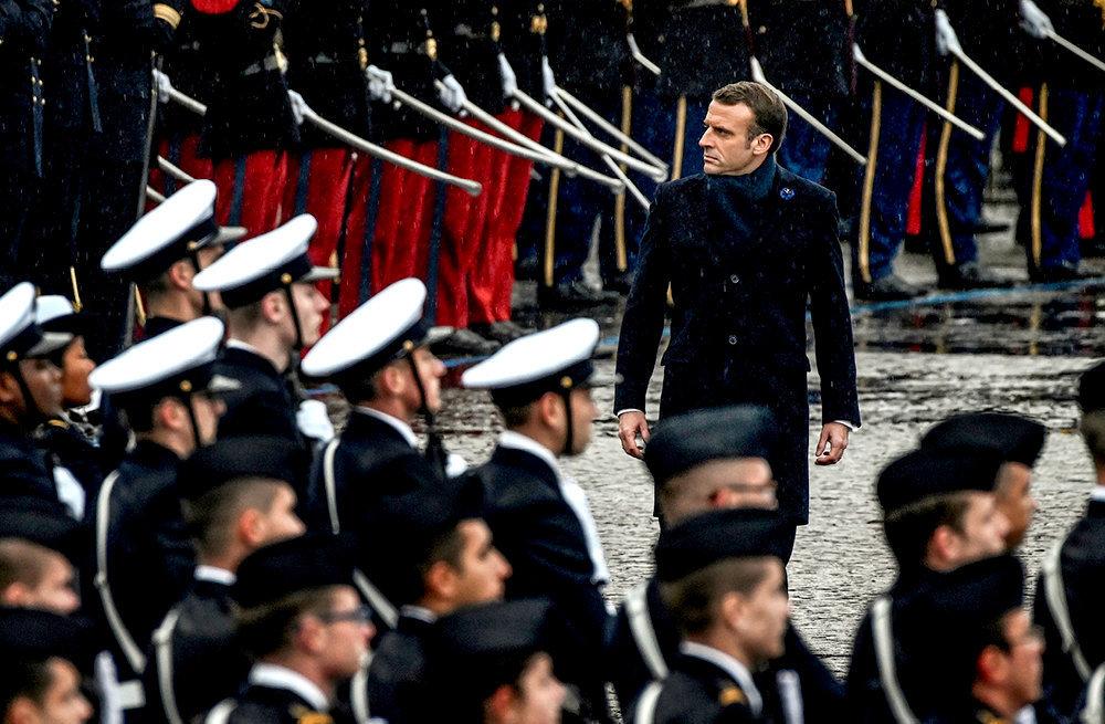 Solitaire. Le chef de l'État passe les troupes en revue le 11 novembre à l'Arc de Triomphe, à Paris. Lors de conflits de personnes, EmmanuelMacron, selon ses proches, file souvent la métaphore de l'escargot…