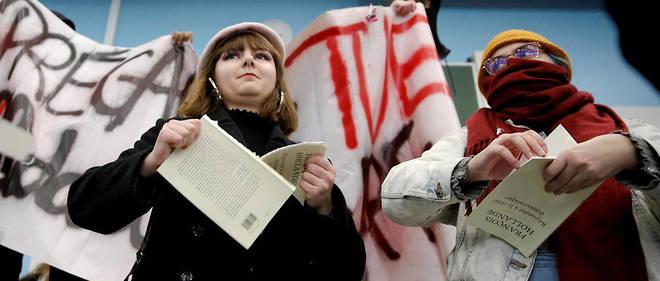 Environ deux cent étudiants ont manifesté devant la fac de Lille 2 où l'ancien président de la République Francois Hollande devait présenter son livre.