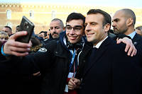 Lors de son long bain de foule au milieu des étudiants, à Amiens, EmmanuelMacron a confié qu'il traînait la réforme de la baisse des APL «comme un boulet».