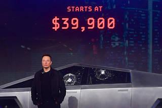 Moment de solitude pour Elon Musk au Tesla Design Center, à Hawthorne, au moment de la présentation de son cybertruck blindé dont les vitres se sont étoilées sous les coups, contrairement aux prévisions