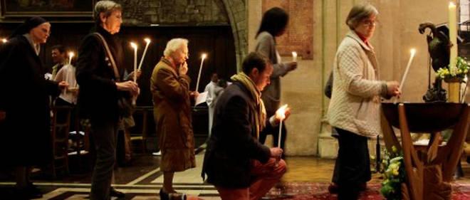 Des catholiques à l'église lors de la veillée pascale.