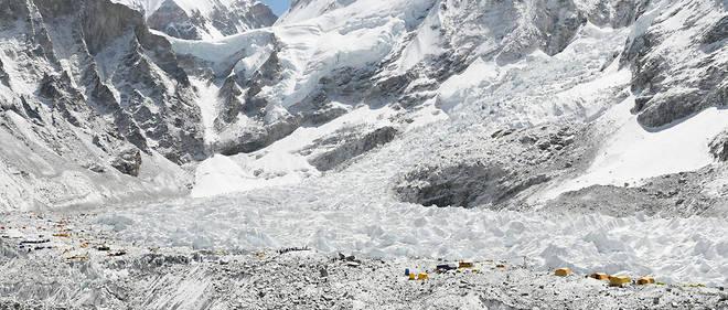 Le glacier du Khumbu dans l'Everest.