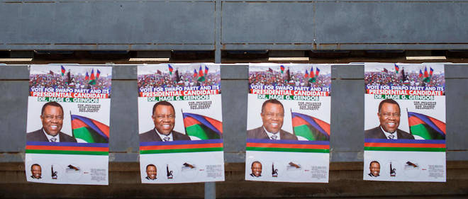 Trente ans après son accession au pouvoir, le Swapo n'a plus la confiance pleine et entière des Namibiens. Ici, des affiches électorales dans les tribunes d'un stade le 23 novembre 2019, à Windhoek.