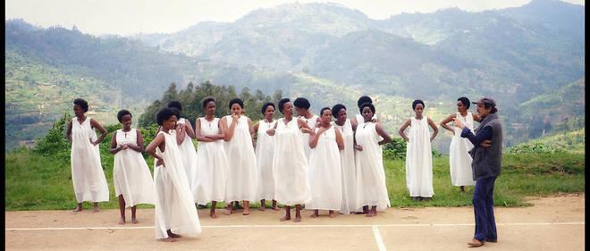"""Atik Rahimi dirige les comédiennes (amatrices) de """"Notre-Dame du Nil"""" au Rwanda"""