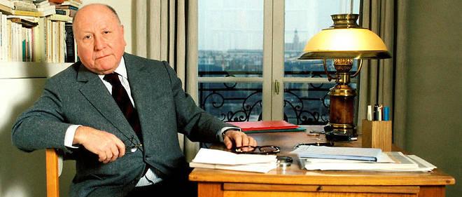 Jean-François Revel, chez lui à Paris en 1991.