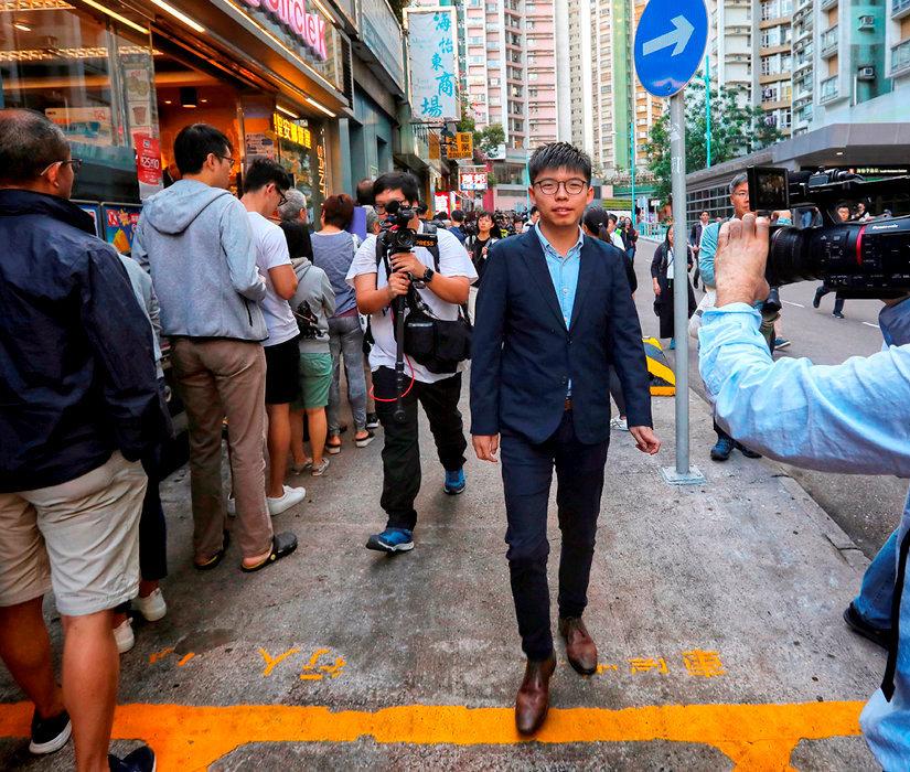Plebiscite. Joshua Wong, dont la candidature a ete rejetee aux elections locales, se presente au bureau de vote le 24 novembre. Le camp pro-democratie a remporte 17 des 18 conseils de district en jeu.