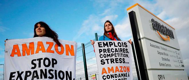 « Amazon : pour le climat, pour l'emploi, stop expansion. STOP SUPERPRODUCTION », clame une grande bannière « Amazon : pour le climat, pour l'emploi, stop expansion. STOP SUPERPRODUCTION ».