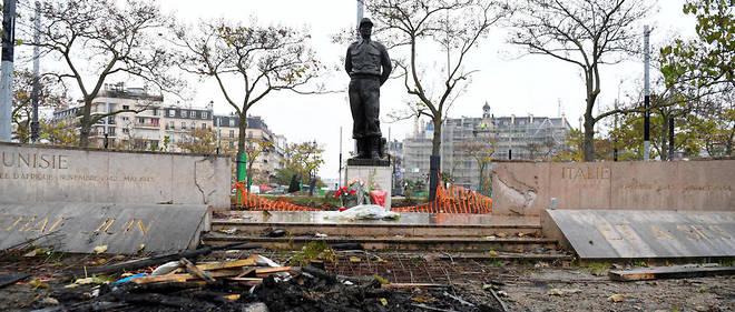 Place d'Italie, la statue du maréchal Juin a été vandalisée.