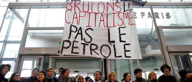 Des militants opposés au Black Fridaybloquent le centre commercial de La Défense, près de Paris, le 29 novembre 2019.