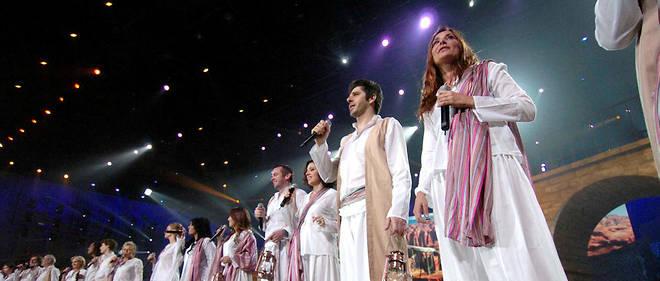 Les Enfoirés en concert pour les Restos du Cœur en 2007.