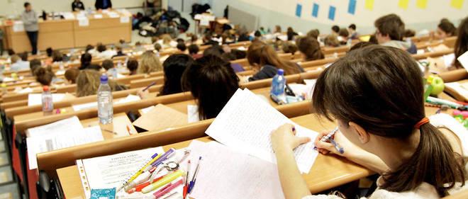 Des étudiants passent le concours d'entrée à Sciences Po dans un amphithéâtre de Strasbourg.