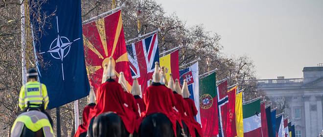 Les drapeaux de l'Otan et des pays membres déployés devant Buckingham Palace à Londres.
