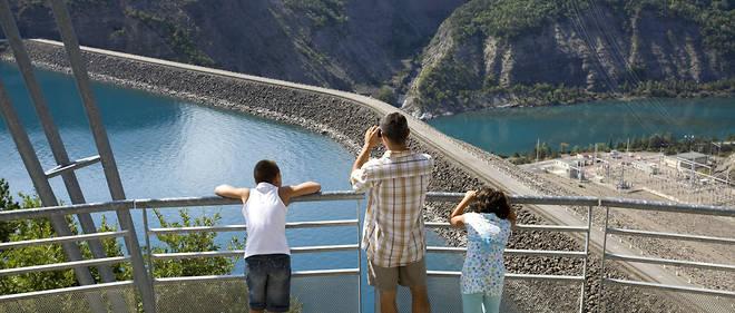 Le barrage de Serre-Ponçon, dans les Hautes-Alpes, vu depuis la commune d'Espinasse.