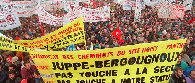 Des manifestants scandent des slogans, en décembre 1995, dans les rues de Paris lors d'une manifestation unitaire contre le plan Juppé.
