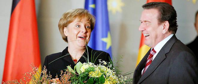 L'ancien chancelier Gerhard Schröder et sa successeure Angela Merkel en 2005.