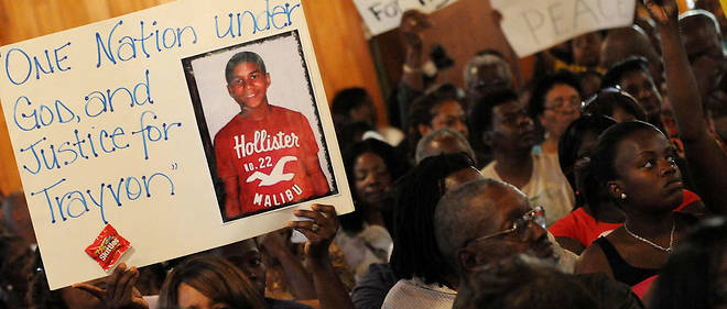 En mars 2012, des défenseurs des droits civiqueset habitants de la ville de Sanford assistent à une réunion après la mort de Trayvon Martin.