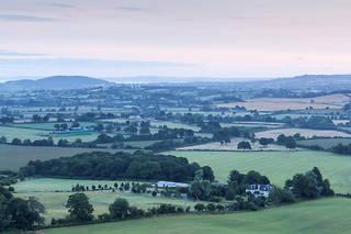 Les calmes vallées, où paissent vaches et moutons, et les pelouses immaculées illustrent jusqu'à la caricature ce coin tranquille du Hampshire (sud de l'Angleterre).