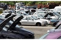 Une casse automobile récupère les pièces détachées valides, revendues d'occasion, et envoie le reste de l'épave au recyclage.