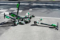 Des trottinettes electriques Lime en location abandonnees sur le trottoir (illustration).