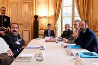 Philippe Martinez etÉdouard Philippe autour de la table des négociations.