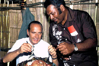 En septembre 1985, enNouvelle-Calédonie, Jacques Chirac –initiépar Henri Wetta, membre du Rassemblement pour laCalédonie dans la République– déguste un bougna, plat traditionnel kanak où le ragoût est cuit à l'étouffée dans des feuilles de bananier.  ©VIOUJARD CHRISTIAN