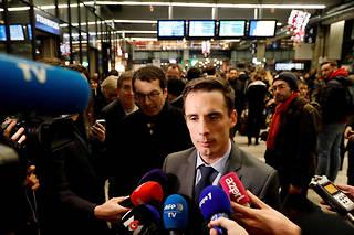 Jean-Baptiste   Djebbari accuse Anne Hidalgo de refuser que des autocars desservent plusieurs points à l'intérieur de la capitale pour pallier l'arrêt du RER B.