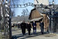 Angela Merkel n'est que latroisième dirigeante de gouvernement allemand à se rendre à Auschwitz, après Helmut Schmidt en 1977 et Helmut Kohl en1989 et1995.