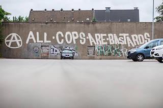 ACAB pour « ALL COPS ARE BASTARDS »est devenu un cri de ralliement mondial pour les militants d'extrême gauchehostiles aux forces de l'ordre.