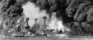 Navires en feu à Pearl Harbor le 7 décembre 1941.